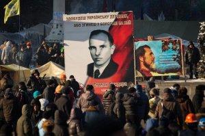 """Ukraine, Maydan : Sous le portrait du chef pogromiste nazi Bandéra : manifestation """"pro-européenne""""."""